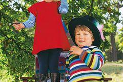 Das Kleid im Raglanschnitt mag Luise am liebsten: Es wird glatt rechts gestrickt und mit kleinen Krebsmaschen umhäkelt - einfach! Asmus' bunt gestreifter Pullover mit den schmalen Rippbündchen braucht ein wenig Zeit. Wolle: Lana Grossa. Ringelshirt: Mini Boden. Strumpfhose: Falke. Stiefel: Kickers. Jeans: s.Oliver.    Hier können Sie die Anleitungen für die Kinder-Strickmode herunterladen.