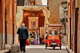 Religion spielt auf Sizilien eine große Rolle. Besonders zu Ostern werden die Straßen aufwendig für die Prozessionen geschmückt.
