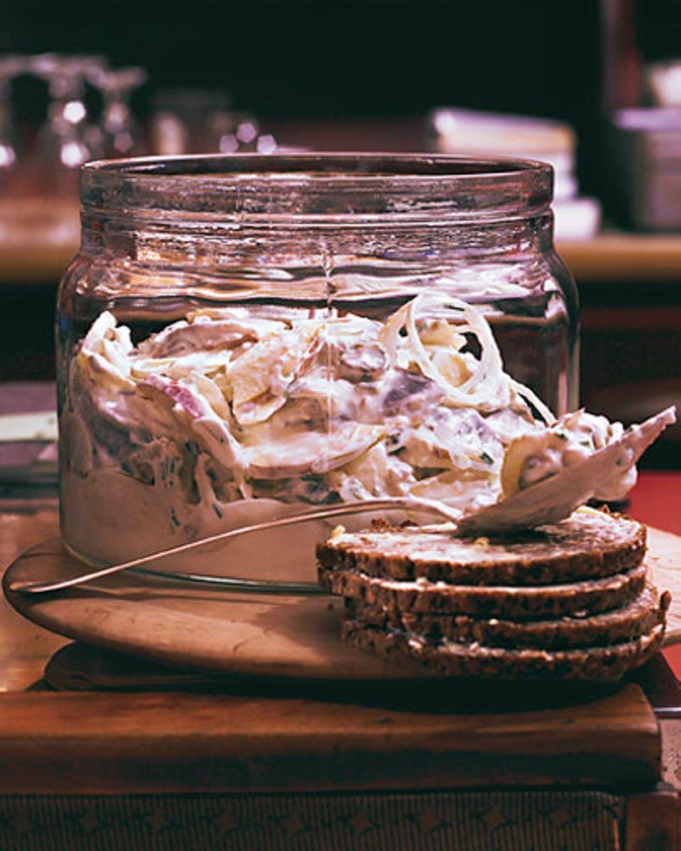 Das perfekte Katerfrühstück: Heringssalat mit Äpfeln, Gewürzgurken und Zwiebeln. Unverzichtbar dazu: Schwarzbrot und Butter.Zum Rezept: Heringssalat