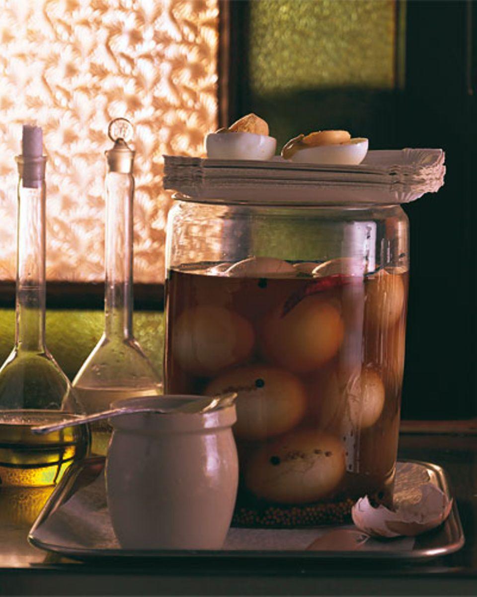 In guten alten Eckkneipen steht manchmal noch ein Glas Soleier auf dem Tresen - Nostalgie pur! Unbedingt mit Essig, Öl und Senf genießen, so schmecken sie am besten. Zum Rezept: Soleier im Würzsud