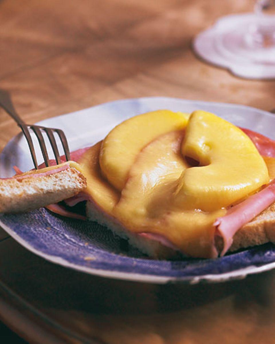 Retro-Feeling auf dem Teller: In den 50er-Jahren war der Toast Hawaii mit seiner Süß-Salzig-Kombination eine kulinarische Revolution. Wer mag, garniert ihn mit einer Cocktailkirsche. Zum Rezept: Toast Hawaii
