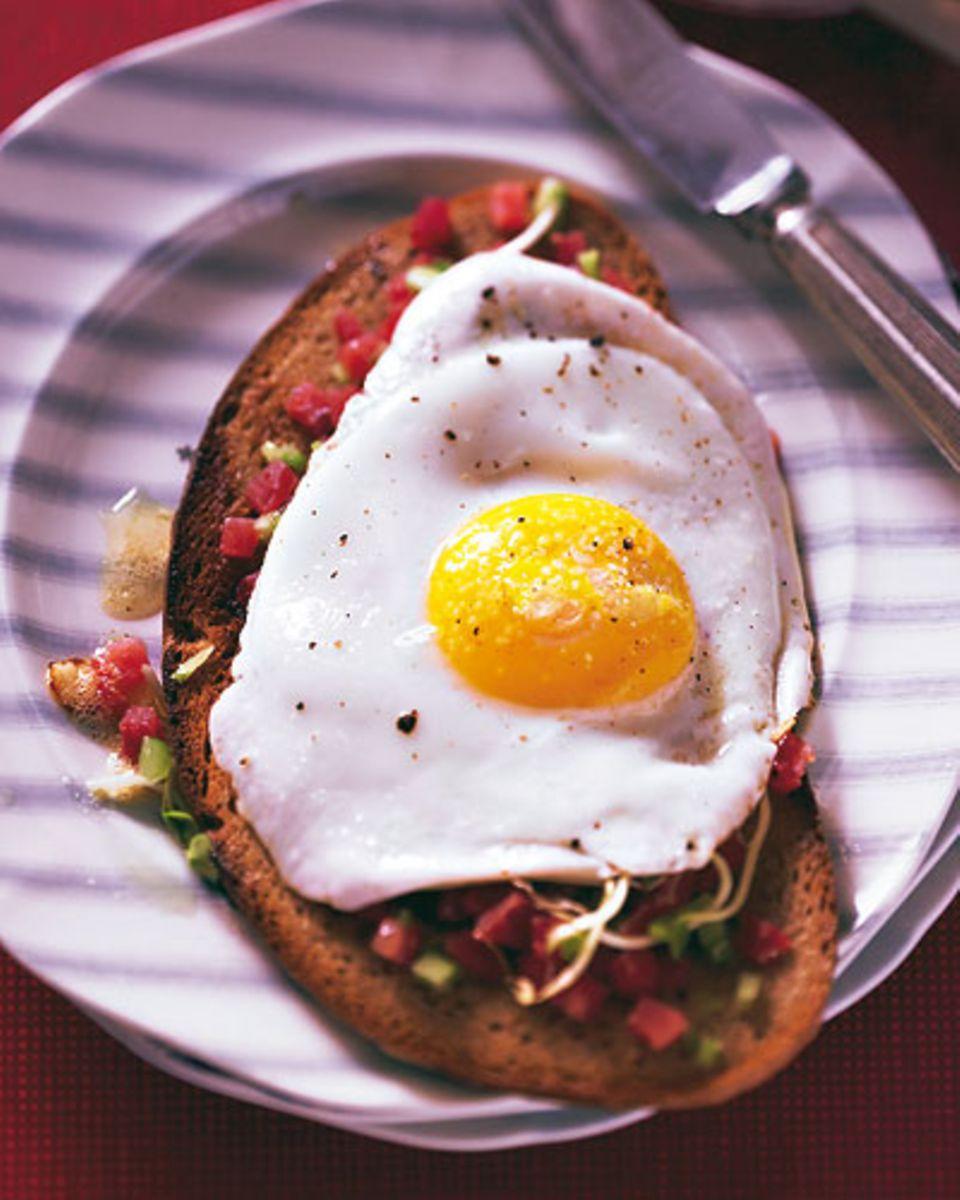 Schinken, Ei und Brot: der Stramme Max ist ein klassisches Junggesellen-Essen und schmeckt morgens, mittags, abends - übrigens nicht nur Junggesellen! Zum Rezept: Strammer Max