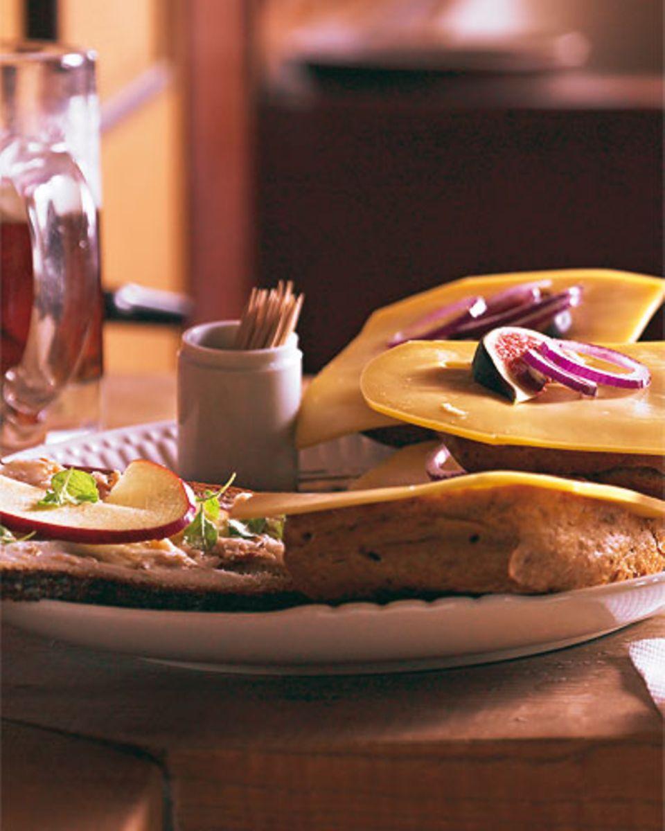 Nicht-Rheinländer verwechseln Halve Hahn schon mal mit Hähnchen - dabei ist es ein Roggenbrötchen mit Käse. Schöne Ergänzung auf dem Brotzeit-Teller: die Schmalzstulle. Zum Rezept: Halver Hahn und Schmalzstulle