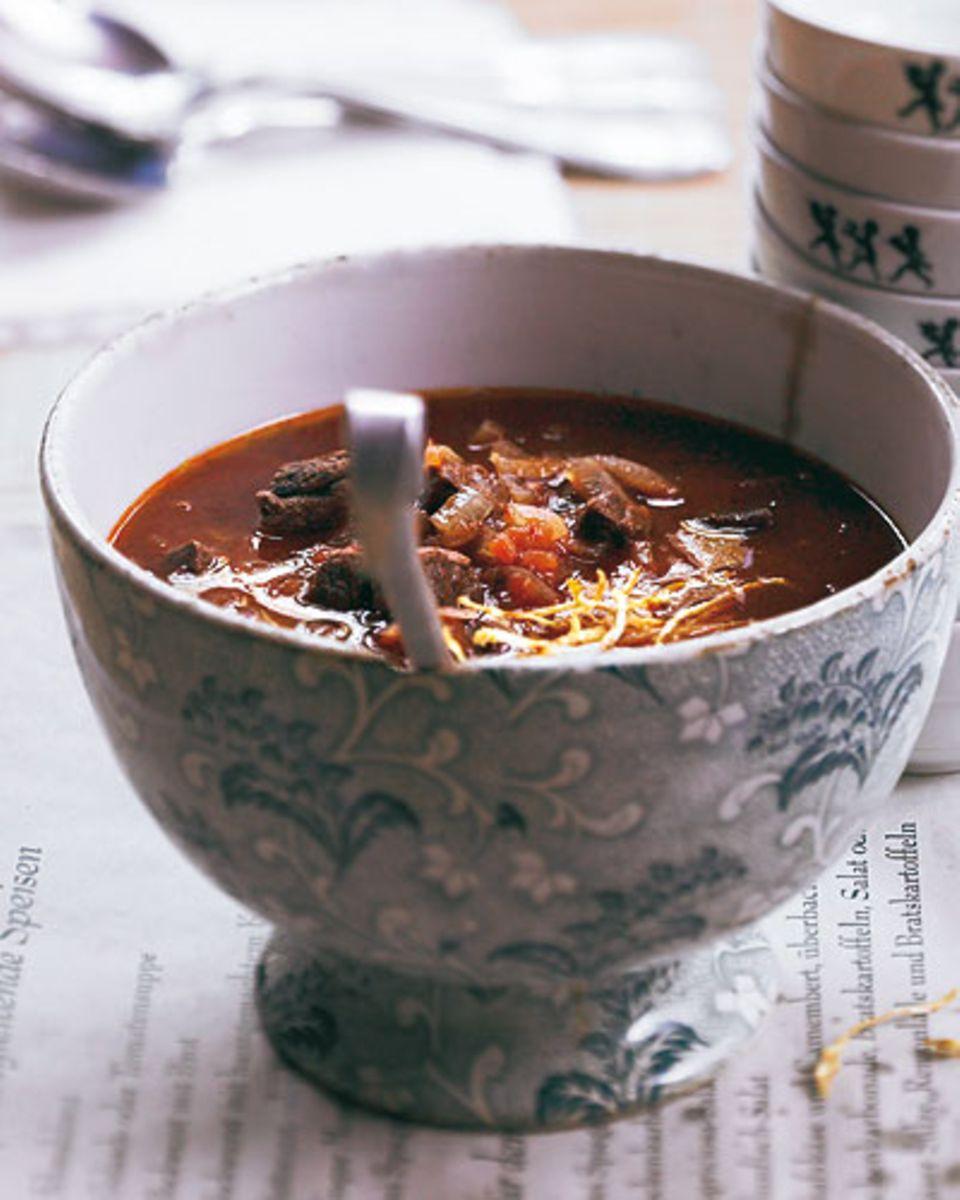 Sterneküche? Ach nö! Heute genießen wir mal einfach: herzhafte Rezepte, die besten aus der Kneipenküche. Zum Beispiel eine gute Gulaschsuppe. Ihr Geheimnis Gulaschsuppe: Das Fleisch schön kräftig anbraten, damit sich viele Röststoffe bilden - sie machen die Suppe würzig. Zum Rezept: Gulaschsuppe