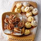 Für die Füllung des Spritzgebäcks - mal mit, mal ohne Kakaopulver im Teig - hat unsere Weihnachtsbäckerin Marzipan verwendet. Zum Rezept: Gefüllte Blütenplätzchen