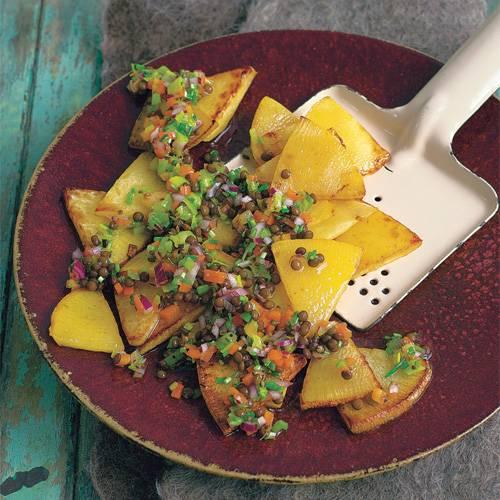 Dieses Gericht mit Linsen und Steckrüben ist wunderbar aromatisch - ganz ohne Fleisch! Zum Rezept: Linsen mit gebratenen Steckrüben