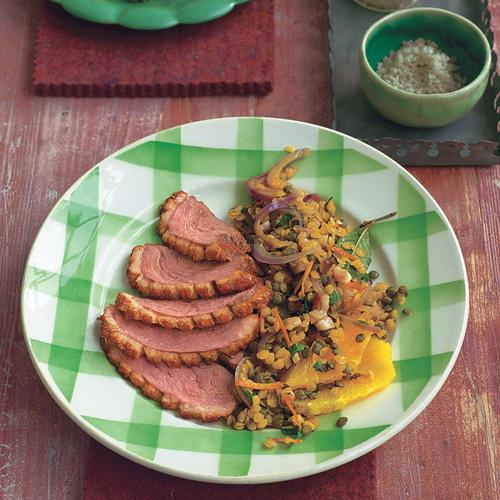 Der Salat mit Linsen ist auch eine edle Vorspeise. Darüber kommt grobes Salz und Pfeffer. Zum Rezept: Linsensalat mit geräucherter Entenbrust