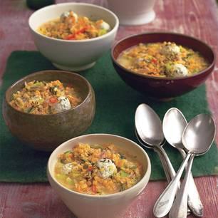 Die Linsensuppe wird mit Kokosmilch und vielen Gewürzen asiatisch abgeschmeckt. Zum Rezept: Rote Linsensuppe mit Geflügelbällchen