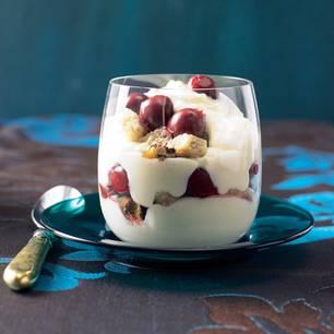 Schneeweißchen und Rosenrot: Ein winterlich gewürztes Trifle mit Puddingcreme und Sauerkirschen. Zum Rezept: Weihnachts-Trifle