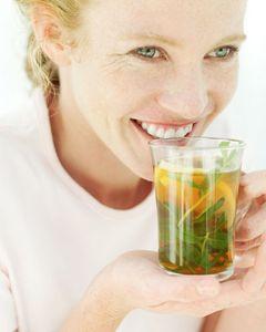"""Ein kalter Tag, eine heiße Tasse Tee, das tut gut. Der Tee wärmt erst die Finger, dann, Schluck für Schluck, den ganzen Körper. Kein anderes Getränk vermag uns so schnell ein wohliges Gefühl zu schenken. Und kein anderes kann so sanft die Beschwerden des Winters mildern: die Triefnase, den festsitzenden Husten, den kratzigen Hals, die ewig kalten Füße. Getrocknete Kräuter mit heißem Wasser zu übergießen ist eine uralte Zubereitungsform, vermutlich so alt wie das Wissen um die Heilpflanzen selbst. Schon in der Frühzeit kannte man die Wirkung bestimmter Blätter, Wurzeln und Blüten auf den Menschen; für Paracelsus, den Begründer der modernen Naturheilkunde, waren gar """"alle Wiesen und Matten, alle Berge und Hügel Apotheken"""". Inzwischen hat die moderne Wissenschaft analysiert, warum ein Kraut Fieber senkt, ein anderes Entzündungen hemmt und ein drittes Husten lindert: Die Forscher fanden Schleim-, Seifen-, Gerb- und Pflanzenfarbstoffe, die uns alle auf ihre Weise wohltun. Ihre gesunden Kräfte entfalten Kräuter besonders gut im wässrigen Extrakt, also als Heiltee. Gegen die häufigsten Beschwerden im Winter hat Ursel Bühring, Leiterin der Freiburger Heilpflanzenschule, deshalb speziell für BRIGITTE WOMAN sechs heilsame Mischungen Heiltee zusammengestellt, deren Bestandteile in jeder Apotheke erhältlich sind. Nur eine Zutat ist darüber hinaus noch nötig: genügend Zeit, um die Tasse Heiltee in Ruhe zu genießen."""
