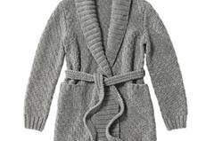 Die lange Strickjacke mit Schalkragen kann uns ein paar Tage beschäftigen, aber die Mühe lohnt sich: Sie ist ein schöner Klassiker, der zu allem passt - von Jeans bis zum Etuikleid. Sie wird in großem Perlmuster gestrickt und wird mit einem Gürtel geschlossen. Zur Strickanleitung: Jacke im Perlmuster stricken