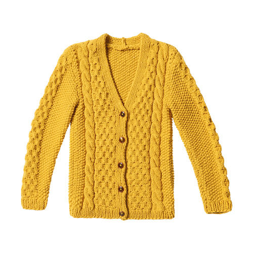 Wabenmuster, Perlmuster, Zöpfe - der gelbe Cardigan ist ein Stück für Könner. Aber auch ein echter Hingucker. Zur Strickanleitung: Gelbe Zopfjacke stricken