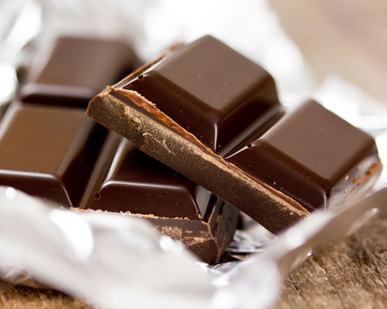 Der Test: Neun BRIGITTE.de-Mitarbeiterinnen probieren und bewerten zehn ausgewählte Sorten Bitterschokolade mit einem Kakaoanteil von 70 bis maximal 75 Prozent. Bei der Blindverkostung ist alles dabei, von der Discounter-Schokolade bis hin zu ganz edlen Sorten. Entsprechend groß ist die Preisspanne, sie reicht von 0,79 Cent bis zu 17,50 Euro für 100 Gramm. Warum Bitterschokolade? Das Schöne an Bitterschokolade ist, dass man sie mit gutem Gewissen essen kann. Im Vergleich zu Vollmilchschokolade enthält Bitterschokolade weniger Zucker und mehr Kakao (mindestens 60 statt durchschnittlich 35 Prozent bei Vollmilchschokolade). Weniger Zucker ist gut: Hat doch Zucker die unangenehme Begleiterscheinung, Appetit auf mehr und immer noch mehr Zucker zu machen und uns eine Tafel Vollmilch-Schokolade mal so eben aufessen zu lassen. Mit Bitterschokolade wird uns das nicht passieren. Mehr Kakao bedeutet außerdem mehr sekundäre Pflanzenstoffe und damit mehr Radikalfänger, die jung und gesund halten. Das macht aus Bitterschokolade zwar nicht gleich einen Apfel, aber nur Äpfel zu essen, wäre ja auch langweilig.