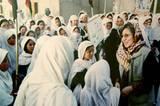 Was sie bis heute erreicht hat: 1989 gründete sie die Shuhada Organisation, die heute 15 Kliniken in Afghanistan betreibt. Rund 3,3 Millionen Menschen konnten so dank Sima Samar behandelt werden, vor allem Frauen und Kinder. Außerdem baute ihre Organisation 70 Schulen in Afghanistan auf. Das Foto zeigt sie 2003 beim Besuch einer Mädchenschule in der Daikundi-Provinz. Während der Taliban-Herrschaft waren die Shuhada-Schulen die einzigen, die Mädchen eine höhere Bildung ermöglichten. Viele unterrichteten heimlich im Untergrund.