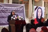 Womit sie leben muss: Morddrohungen gehören für Sima Samar zum Alltag. Die radikalen Warlords, die in Afghanistan wieder an Macht gewinnen, werfen ihr Gotteslästerung vor, weil sie Steinigungen und Gewalt gegen Frauen verurteilt. Ohne Bodyguards geht sie nicht mehr aus dem Haus. Das Foto zeigt sie während einer Pressekonferenz zum Thema systematische Gewalt gegen Frauen. Die Frau auf dem Bild rechts ist die Juraprofessorin und Menschenrechtlerin Hamida Barmaki, die 2010 bei einem Selbstmordattentat ermordet wurde.