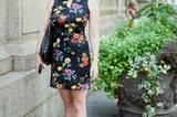 Caitlin fiel unserer Fotografin als Erste ins Auge. Ihre rote Cateye-Brille peppt das schwarze Kleid mit Blumenprint gekonnt auf. Mehr bei BRIGITTE.de: Make-up: Das erwartet uns im Herbst/Winter Neue Nagellacke für die kommende Saison Beauty-Looks aus London