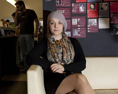 Piraten-Partei: Wer sie ist: Eigentlich das, wovon alle träumen, denen die Piratenkerle zu nerdig und zu radikal sind: Eine junge, intelligente Frau, die den festgefahrenen Politikbetrieb aufmischen will. Eine, die mutig ihre Meinung sagt, modern ist und auch jüngere Wähler wieder für Politik begeistern könnte. Woher sie kommt: Aus Hennef in der Nähe von Bonn. Die 26-Jährige wuchs behütet auf, der Vater ist Ingenieur, die Mutter Hausfrau. Früh beschäftigt sie sich mit philosophischen Themen und liest Simone de Beauvoir.