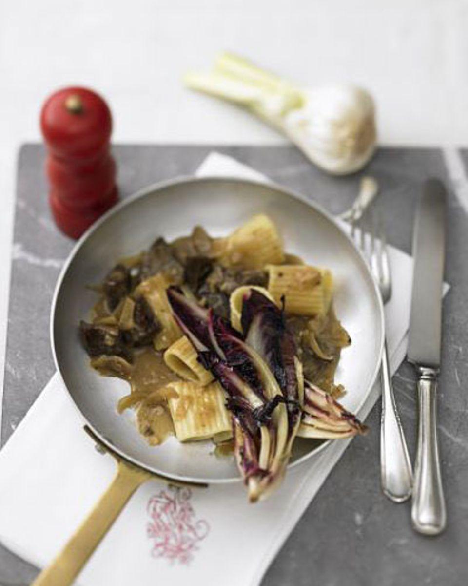 Bitterer Treviso-Salat und zartes Rindfleisch aus der Hüfte - diese beiden Zutaten bilden den Kontrast, der dieses Rezept so interessant macht. Zum Rezept: Pasta mit Rindsragout