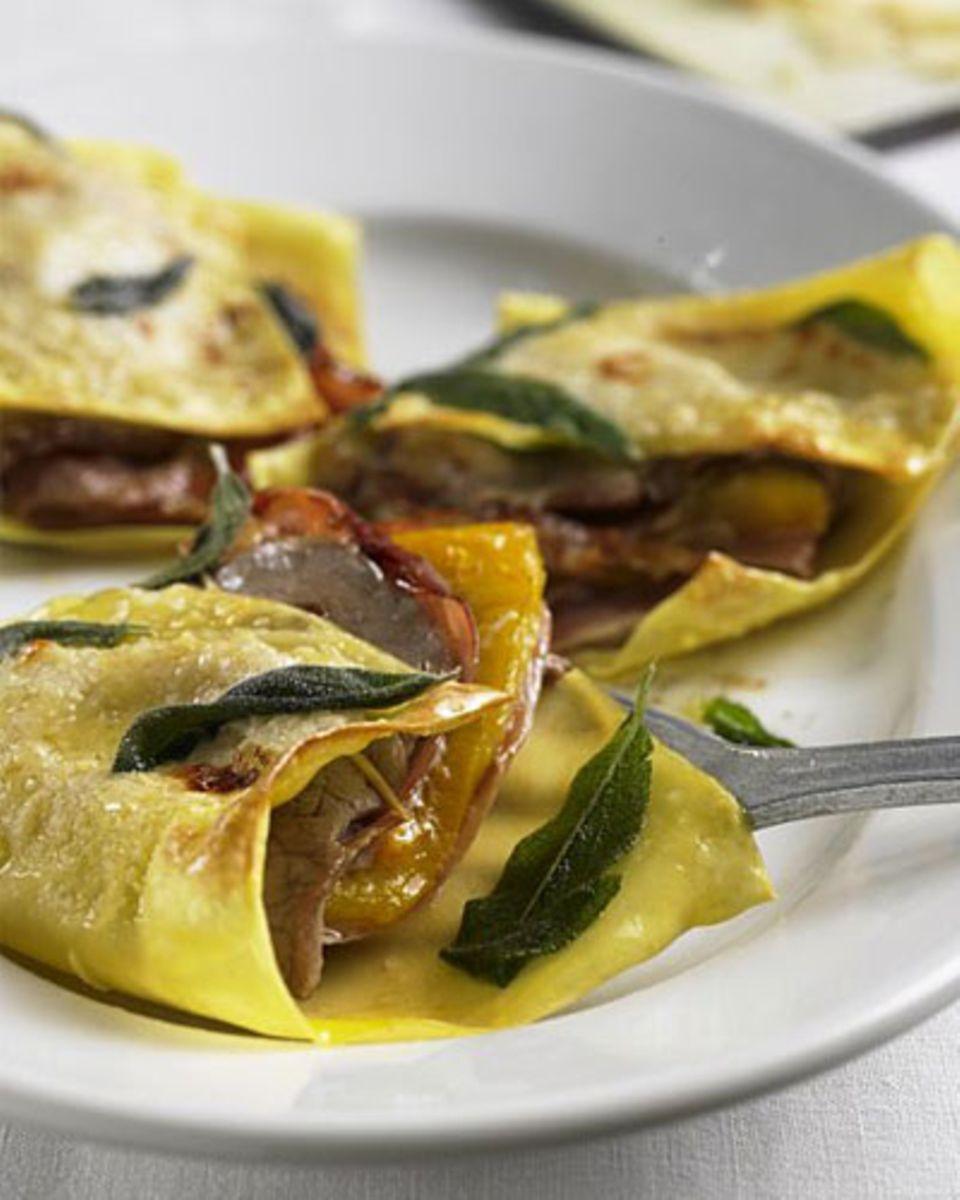 """Saltimbocca sind Kalbsschnitzelchen mit Schinken und Salbei - der Name ist italienisch und bedeutet soviel wie """"Spring in den Mund!"""". Zum Rezept: Saltimbocca im Lasagneblatt"""