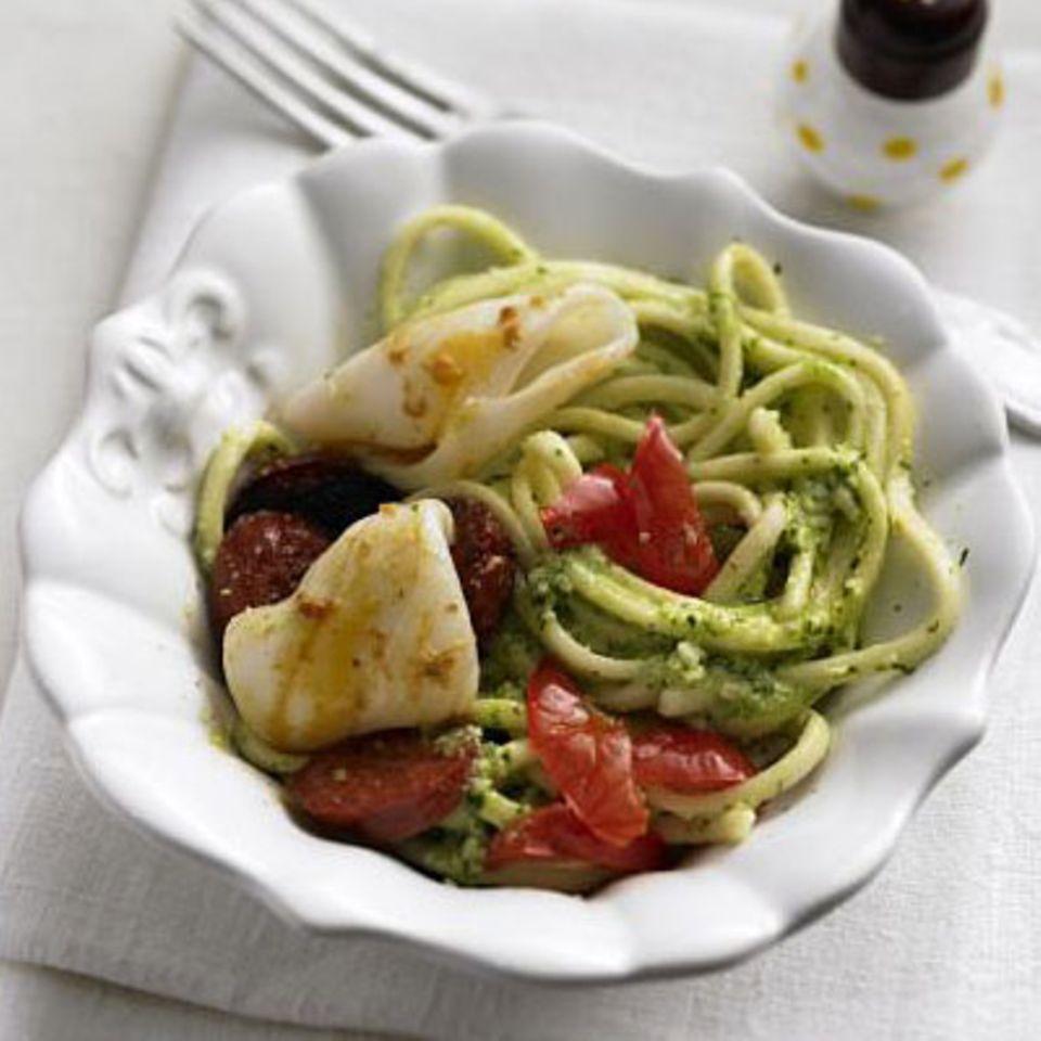 Italienisch-spanische Koalition auf dem Teller: Selbst gemachtes Pesto macht gemeinsame Sache mit scharfer Chorizo-Wurst, Tintenfischtuben und würzigen Mini-Paprika. Zum Rezept: Pesto-Spaghetti mit Calamari und Chorizo