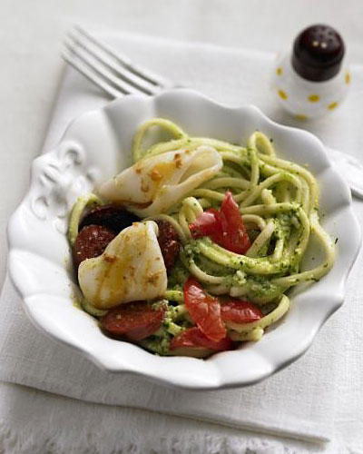Pesto-Spaghetti mit Calamari und Chorizo