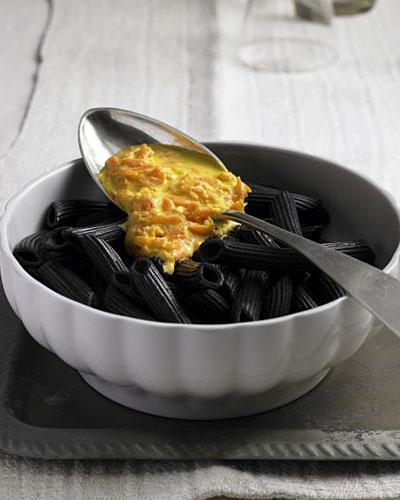 Schwarze Penne mit Möhren-Pesto
