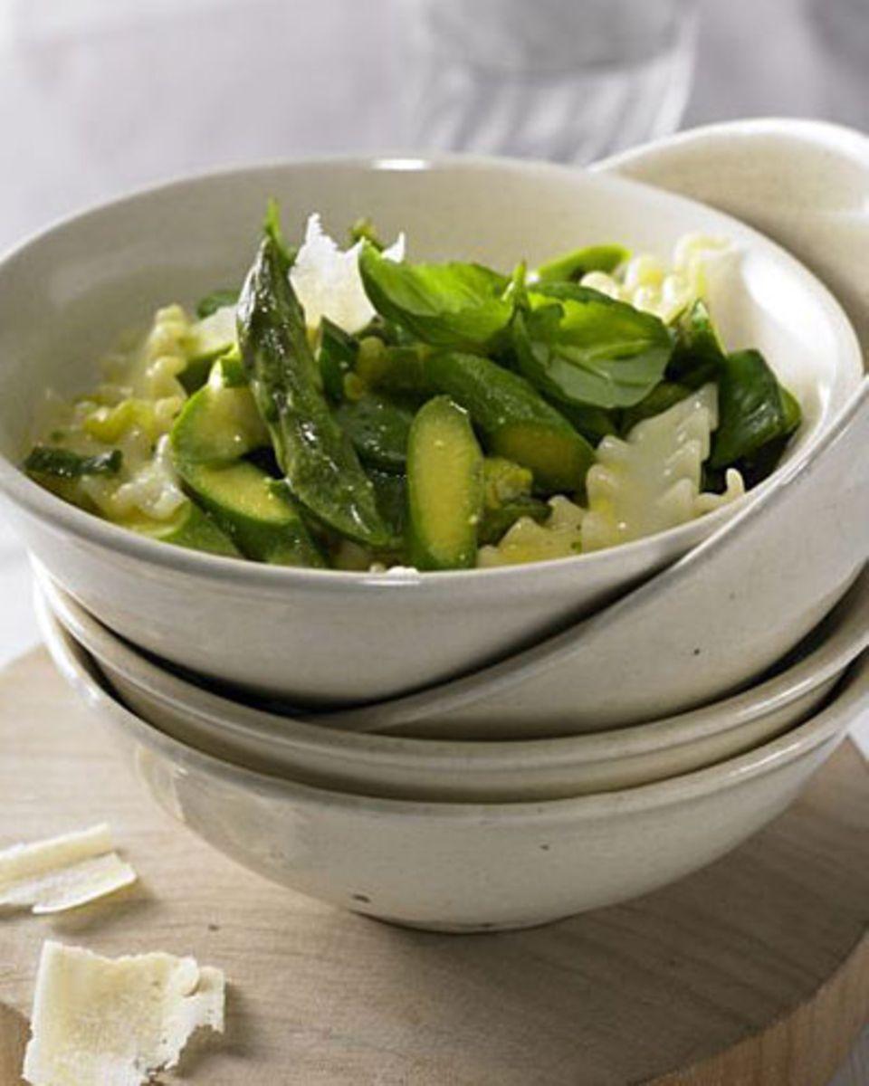 Wir geben grünes Licht für dieses Rezept - dank grünem Spargel, Zuckerschoten und Lauchzwiebeln. Und weil Spargel einfach toll zu Pasta passt! Zum Rezept: Gewellte Bandnudeln mit Spargel