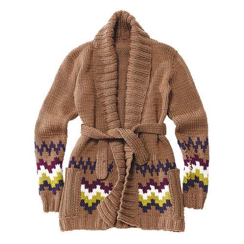 Das Garn für diesen Long-Cardigan mit Schalkragen wird doppelt genommen, so ergibt sich ein dichtes Maschenbild, und Sie können ihn auch als Mantelersatz tragen. Er hat zwei aufgesetzte Taschen und einen Bindegürtel. Praktisch: Wenn Sie das Muster weglassen, ist der Cardigan auch für Strick-Anfängerinnen geeignet. Zur Strickanleitung: Strickjacke mit Muster