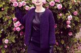 Ein Schmuckstück (Gr. S und M) aus Alpakawolle, das abwechselnd in den Farben Anthrazit und Violett gestrickt wird. Wolle: Lang Yarns. Kleid: Stills. Lederhandschuhe: Roeckl.    Die Anleitung für dieses Teil könnt ihr hier herunterladen