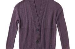 Die Farbe Taupe ist ein großer Trend in diesem Winter. Die Jacke mit breiten Rippenbündchen wird mit drei Knöpfen geschlossen. Zur Strickanleitung: Kastige Strickjacke