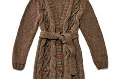 Mit Gürtel und V-Neck ist die lange Zopfjacke aus ungefärbter Schurwolle ein echtes Basic für kühle Tage. Zur Strickanleitung: Strickjacke mit Zopfmuster stricken