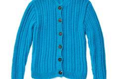 Die Jacke im Trachtenlook hat ein einfaches Zopfmuster und Rippenbündchen. Zur Strickanleitung: Trachtenjacke stricken