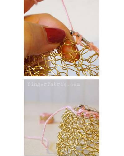 26. November: Den Rand der Schmuckstücke mit der Wolle umhäkeln und abketteln. Das geht noch einfacher und ist ruckzuck fertig!