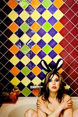 Neue europäische Messe für Fotografie: Lilith (eigentlich: Henriette van Gasteren) zeigt sich selbst in der Badewanne eines fremden Hauses. Eine ganze Serie Selbst-Porträts entstand auf diese Weise: Leute überlassen der Fotografin ihr Haus - ahnungslos, was dort in der Zeit passiert.