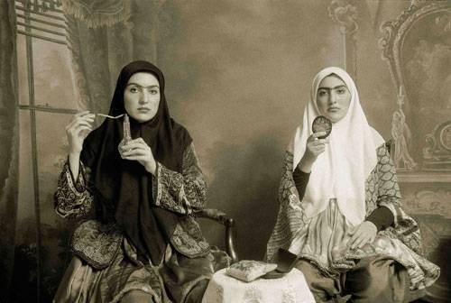 Neue europäische Messe für Fotografie: Die Frauen der Qajar-Series von Shadi Ghadrian tragen typisch-iranische Kleidung aus dem 19. Jahrhundert und auch der Hintergrund trägt Spuren der Zeit. Der Clou an den Fotografien: Irgendwo im Hintergrund verstecken sich Accessoires aus unserer modernen Zeit (zum Beispiel ein Mountainbike). Finden Sie in diesem Bild den Fremdkörper?