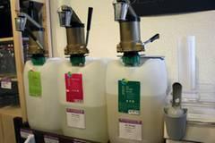Reinigungs- und Waschmittel werden - mit Pumpspendern ausgestattet - in den großen Kanistern angeboten, in denen sie auch geliefert werden.