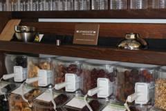 Die Etiketten entsprechen den Richtlinien: Neben dem Preis wird so auch die Herkunft des Produktes angegeben. Ein grünes Etikett steht dabei für Bio-Produkt, ein braunes für konventionelles Lebensmittel. Große Tafeln sollen bald zusätzlich Auskunft über die Garzeit geben und Rezeptideen liefern.
