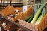 """Eier, Gemüse und Obst kommen aus der Region. Flugmangos schaffen es bei """"Unverpackt"""" nicht ins Sortiment."""
