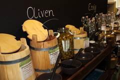 Die Holzfässer für die Oliven und die Metalldosen für Essig und Öle sind da schon wesentlich hübscher anzusehen. Letztere hat Delaperrière in Italien bestellt.