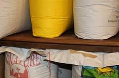 Wenn möglich, bestellt Marie Delaperrière ihre Ware in großen Plastiksäcken. Nur wenn es die Hygienevorschriften verlangen - wie zum Beispiel bei Reis - greift sie auf gewebtes Polyethylen zurück.
