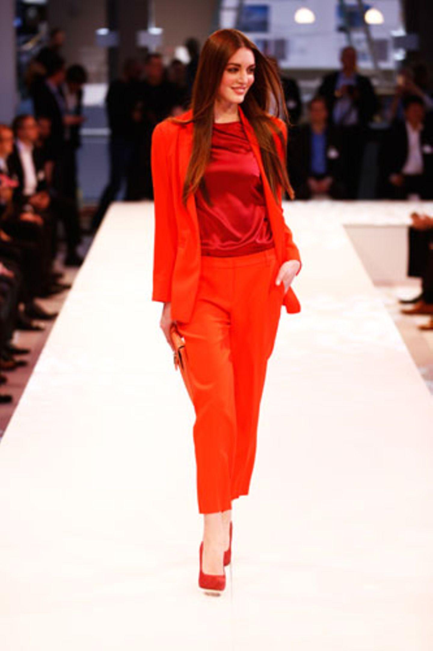 Zum tomatenroten Anzug von Marc Cain passt das schimmernde Top von Elégance. Schuhe: Graceland. Tasche: Asos.