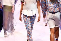 Pullover: tibi Hose: Eleven Paris Schuhe: Longchamp Kopfhörer: Urbanears