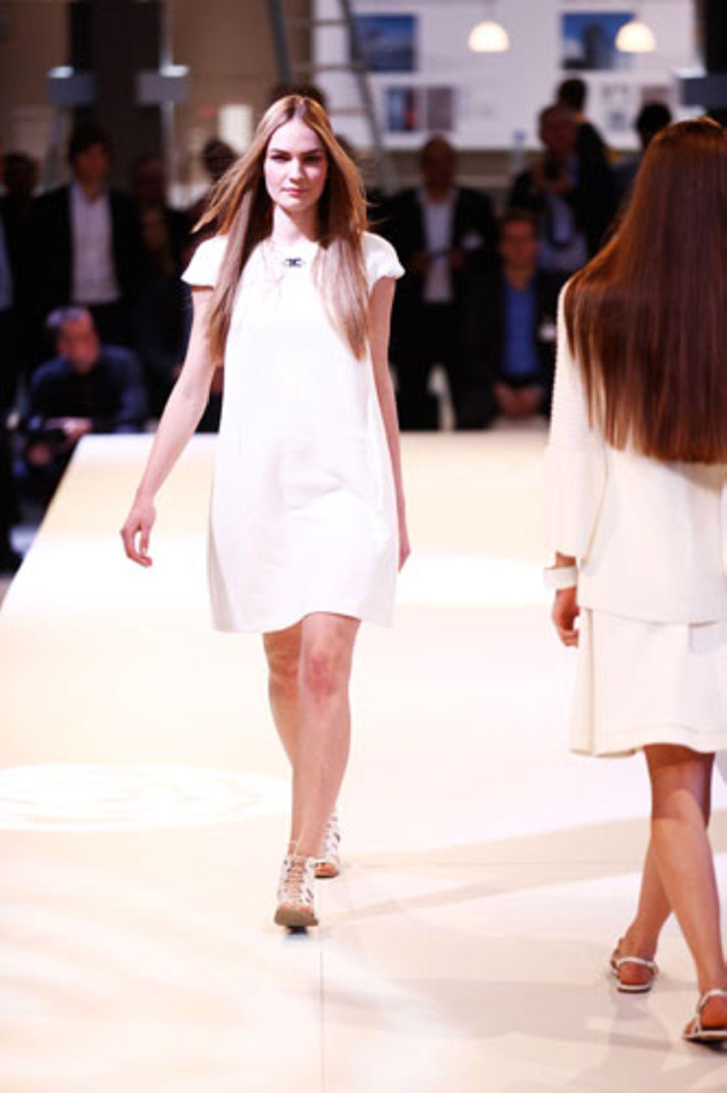 Kleid: Elisabetta Franchi Schuhe: Tamaris