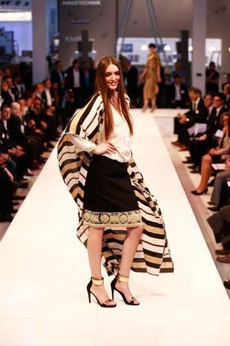 BRIGITTE Fashion Event: Unter der Tunika von By Marlene Birger machen sich das Top von Esprit und der Rock von Escada gut. Schuhe: Konstantin Starke. Ohrringe: Monies.