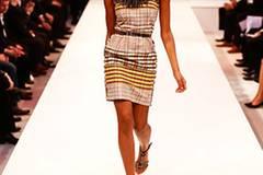 Kleid: Apart. Kette: Monies. Gürtel: Asos. Schuhe: Deichmann.