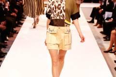 Top mit Leo-Print von Luisa Cerano, Shorts gesehen bei TK Maxx. Schuhe: Kennel & Schmenger. Ohrringe: H&M.