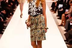 Mustermix: Kleid von Edith & Ella, Weste mit Stickereien von H&M. Schuhe: Tamaris. Tasche: H&M. Armreifen: Langani.
