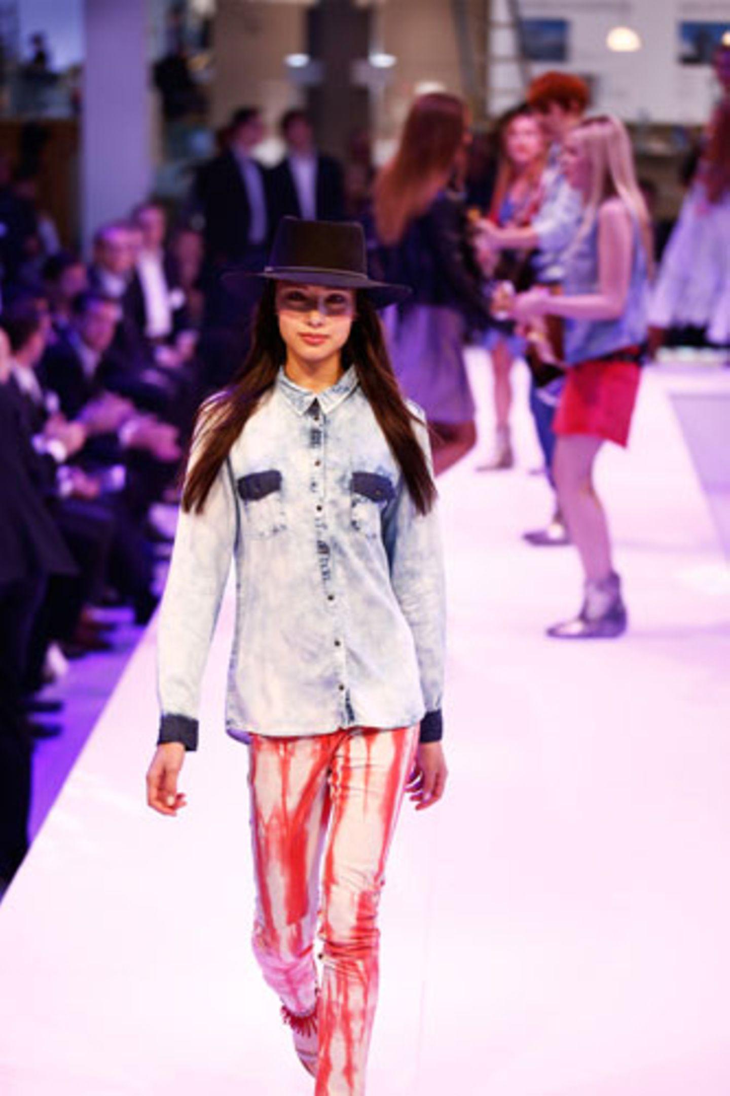 Zur Musterhose von Glaw kombinieren wir eine Jeansbluse von Only. Hut: Stetson. Schuhe: Tamaris.