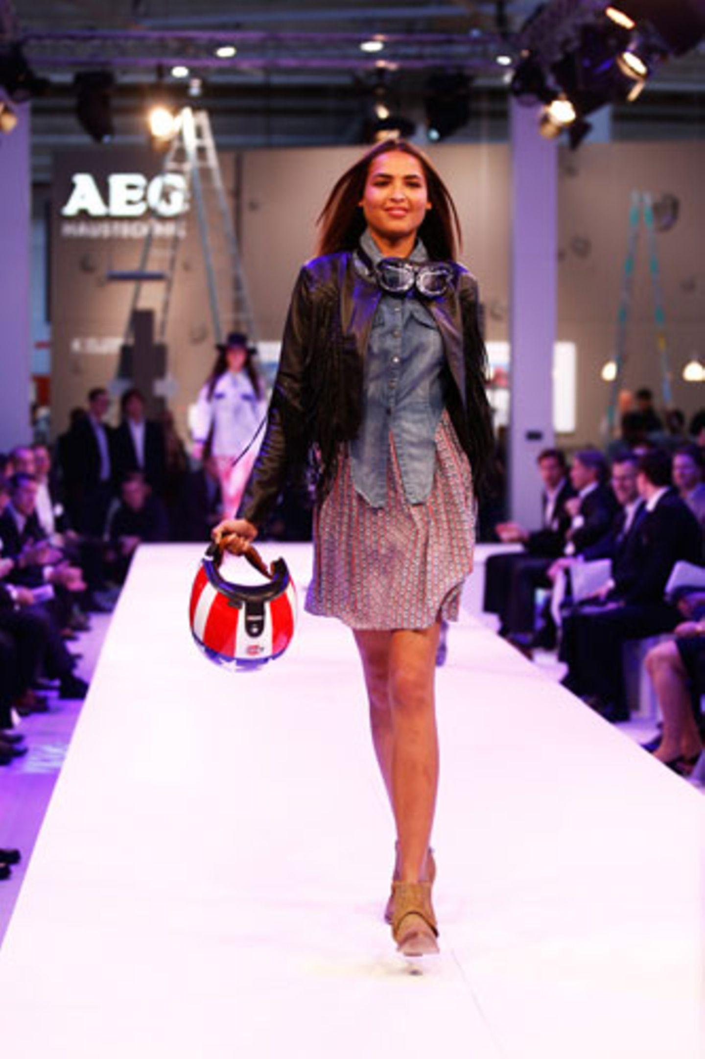 Kleid: Silvian Heach. Lederjacke: Denham. Boots: HTC. Helm und Brille: 24helmets.de.
