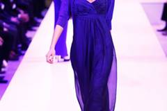 Kleid: GALERIA Design by Wolfgang Joop Strickjacke: Peter Hahn Schuhe: Boden